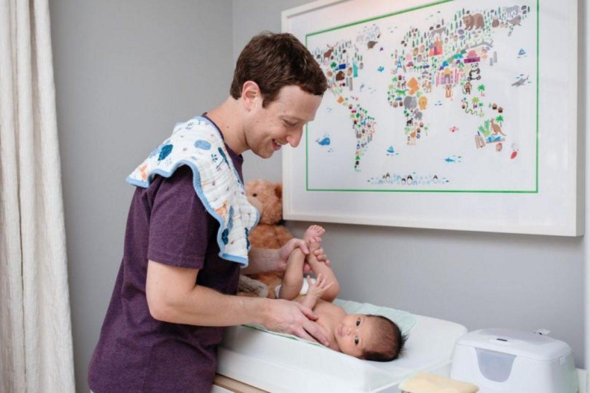 Mark Zuckerberg está aprendiendo a cambiar pañales. Foto:facebook.com/zuck. Imagen Por: