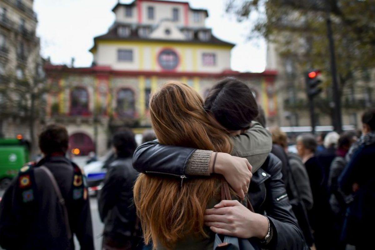 Durante los siguientes días la gente regresaba al lugar para homenajear a las víctimas. Foto:Getty Images. Imagen Por: