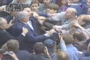 El entonces canciller alemán Helmut Kohl fue agredido el día que se celebraba el segundo aniversario de la unificación alemana. Foto:Reproducción. Imagen Por: