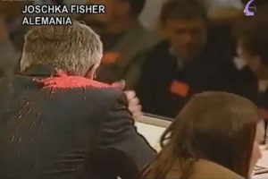 Un globo de pintura roja alcanzó al entonces ministro de Asuntos Exteriores alemán Joschka Fisher durante un mitin de los Verdes en 1999. Foto:Reproducción. Imagen Por: