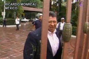 El político mexicano Ricardo Monreal recibió una lluvia de huevos durante su visita a Tabasco. Foto:Reproducción. Imagen Por: