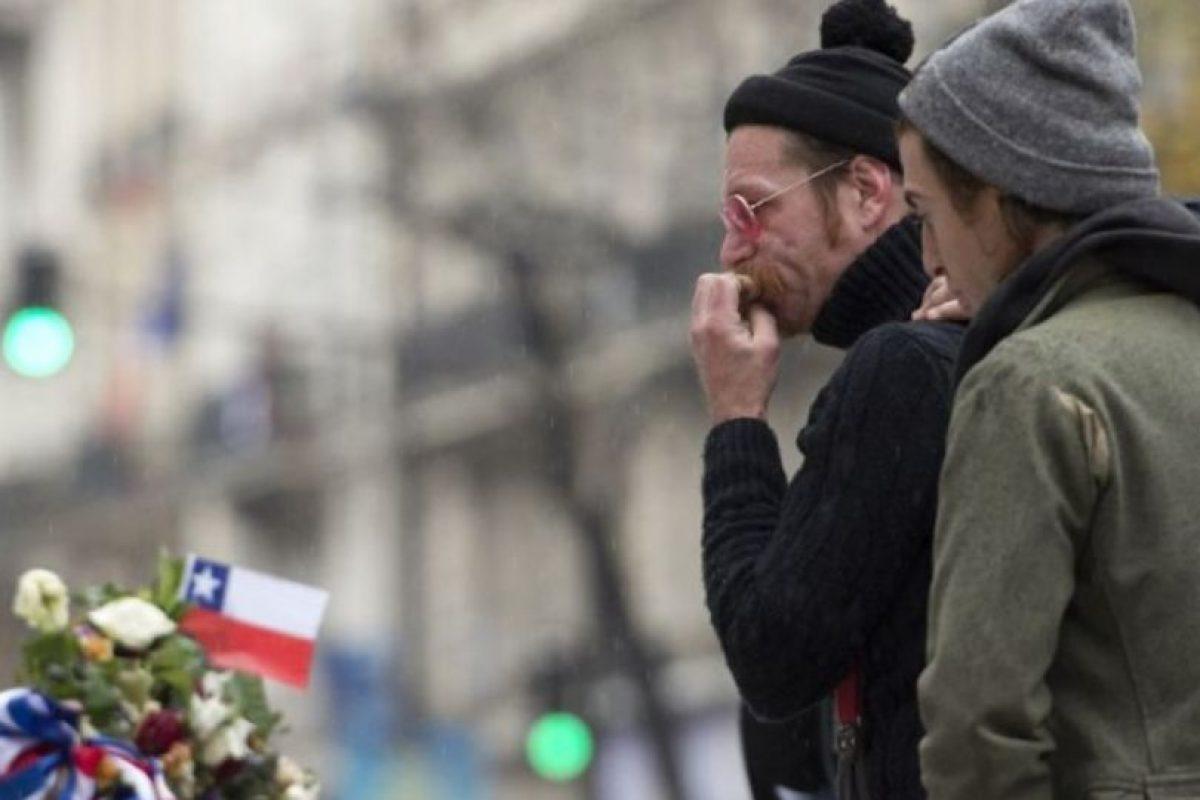 Jesse Hughes, vocalista de la banda, se mostró conmovido al rendir tributo a las víctimas. Foto:AFP. Imagen Por: