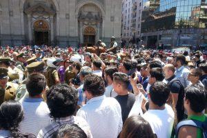 La gente llegó en gran número hasta la Plaza de Armas tras la detención del joven. Foto:Publimetro / Víctor Jaque. Imagen Por: