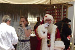 Acá aparece tomando bebida. El Viejito Pascuero no consume alcohol porque conduce renos… ¡Imagínese si chocara! Foto:Captura Facebook. Imagen Por:
