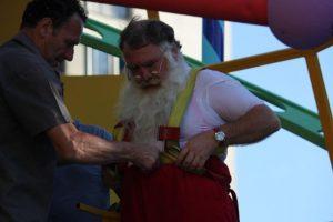 El Viejito Pascuero siempre se asegura de llevar cinturón: no quiere que se le caigan los pantalones Foto:Captura Facebook. Imagen Por: