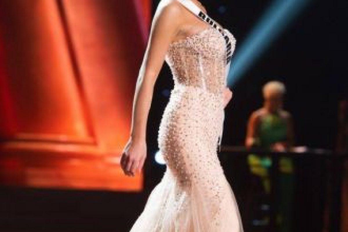 El contraste entre torso y cintura es muy marcado. Foto:vía Facebook/Miss Universe. Imagen Por: