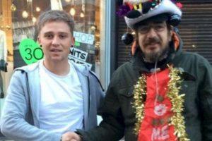 Lee Houghton (izquierda) se hizo amigo de este mendigo, al que le daba café y rosquillas todas las mañanas. Foto:Vía Twitter @Lee Houghton. Imagen Por: