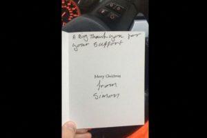 Como agradecimiento este le dio una tarjeta de navidad Foto:Vía Twitter @Lee Houghton. Imagen Por: