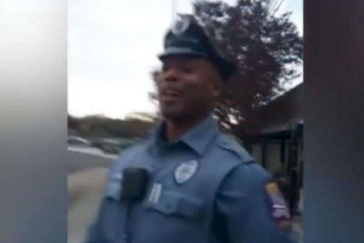 El oficial Kenya Joyner decidió comprarle zapatos a un vagabundo, luego de que expulsaran al hombre de un autobús. Foto:Youtube. Imagen Por: