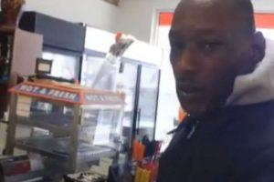 El mendigo no encontró manera de agradecer la buena acción y terminó llorando Foto:Youtube. Imagen Por: