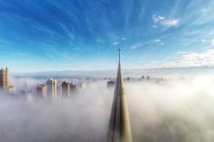 Sobre la niebla en Maringa, Paraná, Brasil. Foto:Vía Dronestagr.am. Imagen Por:
