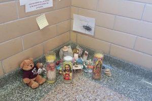 Para el 8 del mismo mes, tenía velas, osos y mensajes de despedida. Foto:Vía Imgur. Imagen Por: