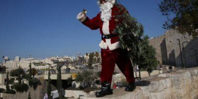 Un hábil Santa Claus se pasea en las alturas de Jerusalén y conversa con musulmanes