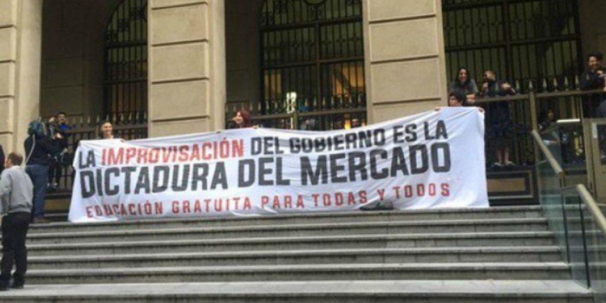 """Estudiantes se """"toman"""" el Ministerio de Hacienda: hay desvíos en el centro"""