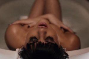 Incluso, se mete a su bañera. Foto:YouTube/SelenaGomez. Imagen Por: