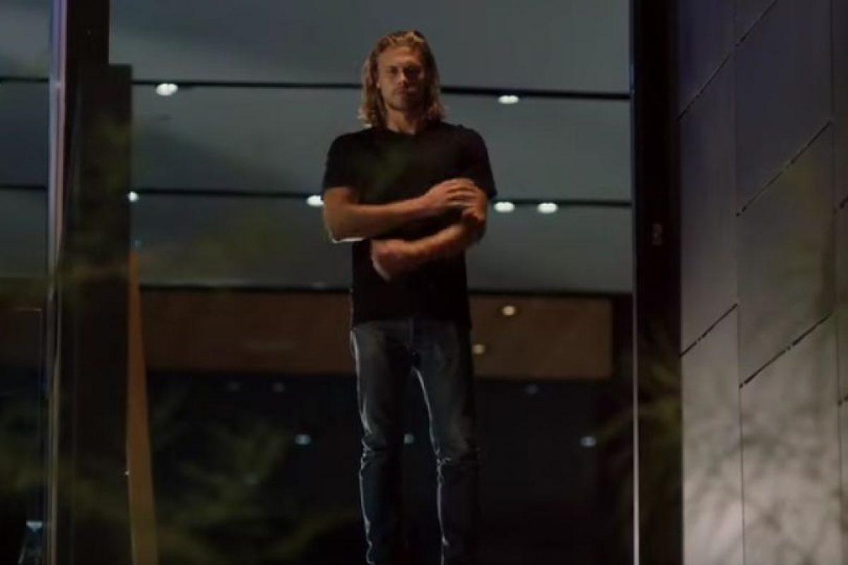 Todo parece ir con tranquilidad hasta que el actor llega a su casa. Sin embargo, no llega solo… Foto:YouTube/SelenaGomez. Imagen Por: