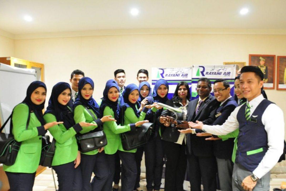Por lo mismo, las mujeres de la tripulación tendrán que cubrir su cabeza con un hiyab. Foto:Vía facebook.com/OfficialRayaniAir. Imagen Por: