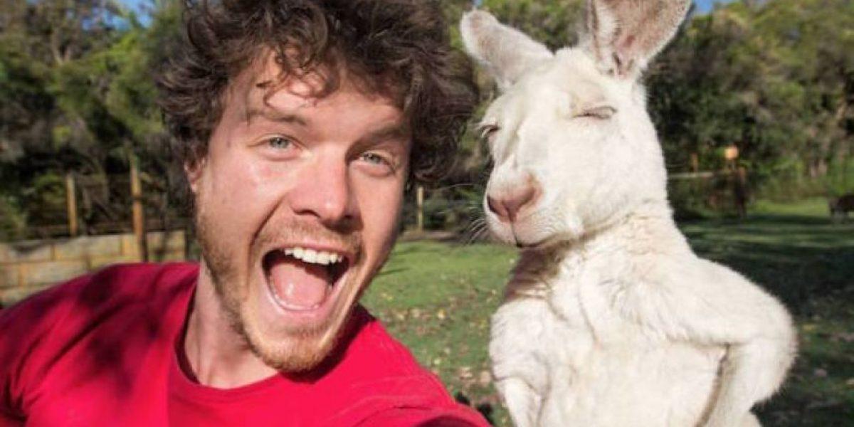 Este hombre es un experto en tomarse espectaculares selfies con animales