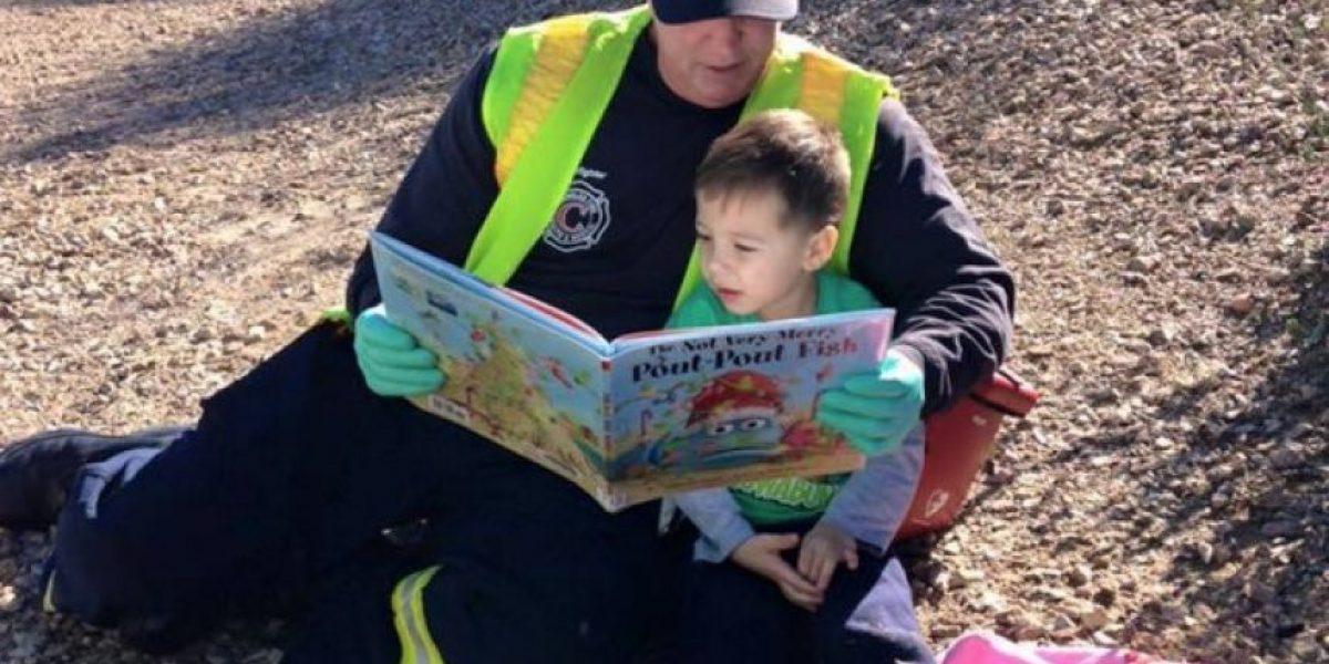 La historia del joven que calmó a niño leyéndole cuento tras accidente vehicular