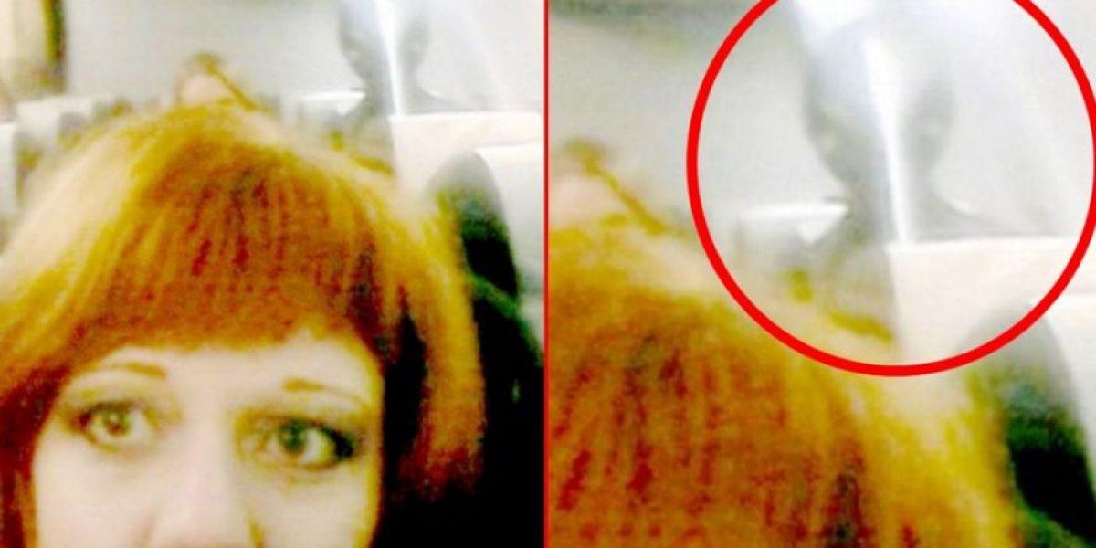 Mujer se saca una selfie en un avión y aparece de imprevisto un