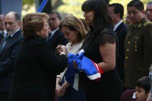 El funeral del policía asesinado se llevó a cabo el 19 de diciembre pasado. La Presidenta Bachelet dialogó con la viuda del detective, Jeannette Frez. Foto:Agencia Uno. Imagen Por: