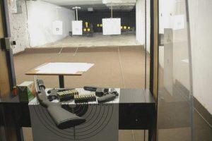 Las dueñas de casa y comerciantes recibieron una breve preparación en un polígono de tiro en Santiago. Foto:TVN. Imagen Por: