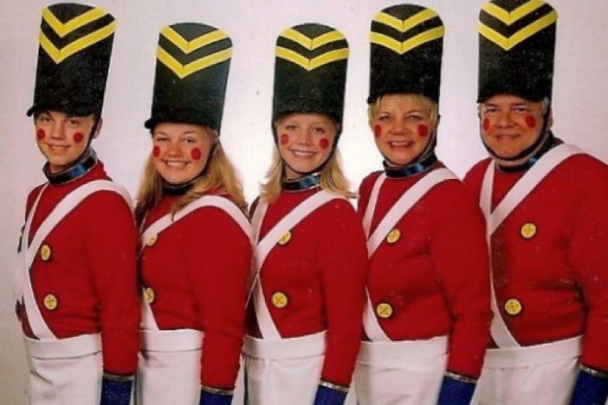 """Listos para actuar en """"El Cascanueces"""" Foto:Awkward Family Photos. Imagen Por:"""