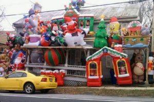 Y así los muñecos inflables invadieron esta casa. Foto:Imgur. Imagen Por: