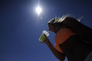 Una de las recomendaciones para enfrentar el fenómeno es hidratarse adecuadamente Foto:Agencia Uno. Imagen Por: