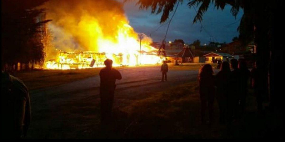Voraz incendio redujo a cenizas el casino del Club de Huasos de Dalcahue