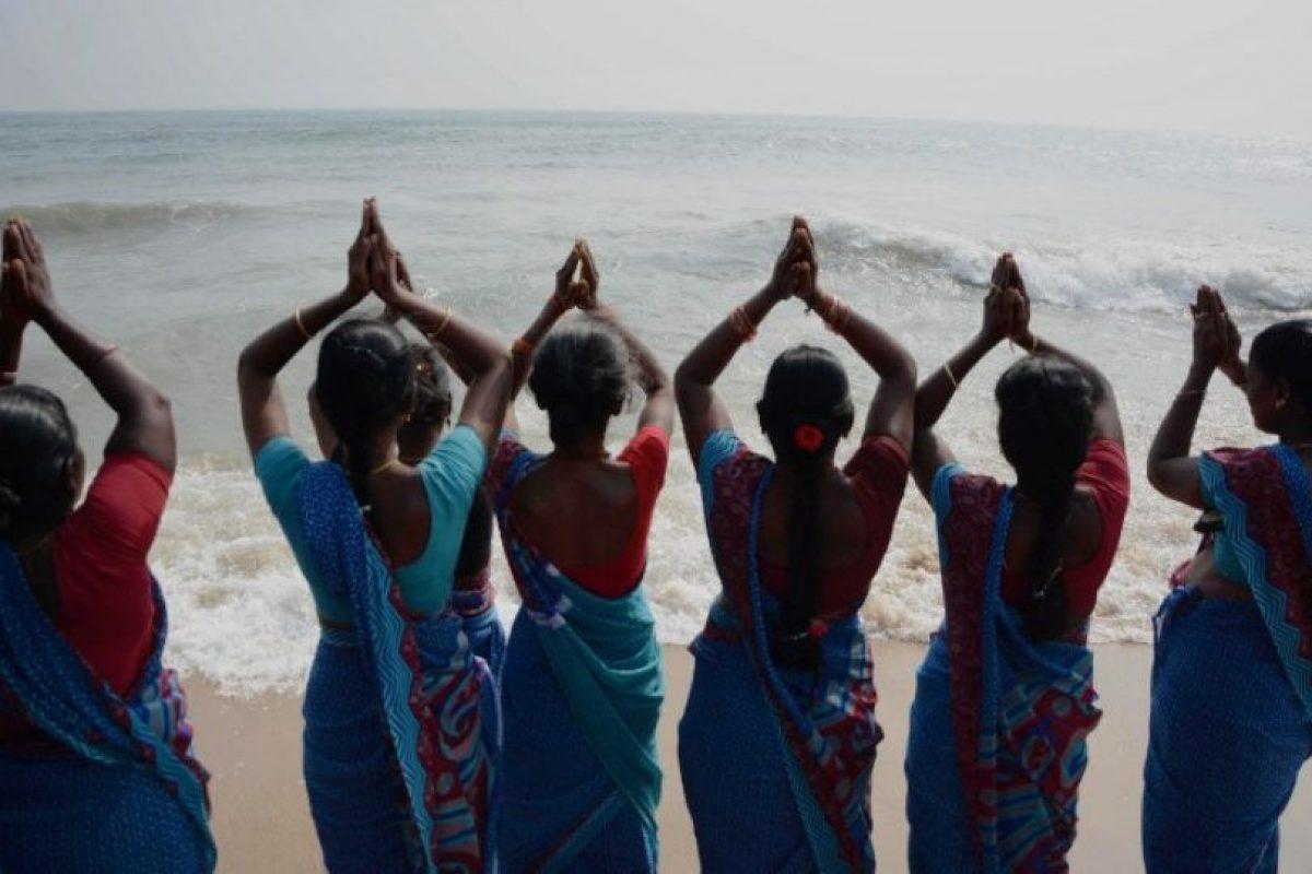 Mujeres en India ofrecieron oraciones en la playa de Marina Beach Foto:AFP. Imagen Por: