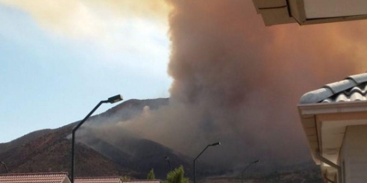 Alarma por incendio forestal en Lampa que amenaza a viviendas
