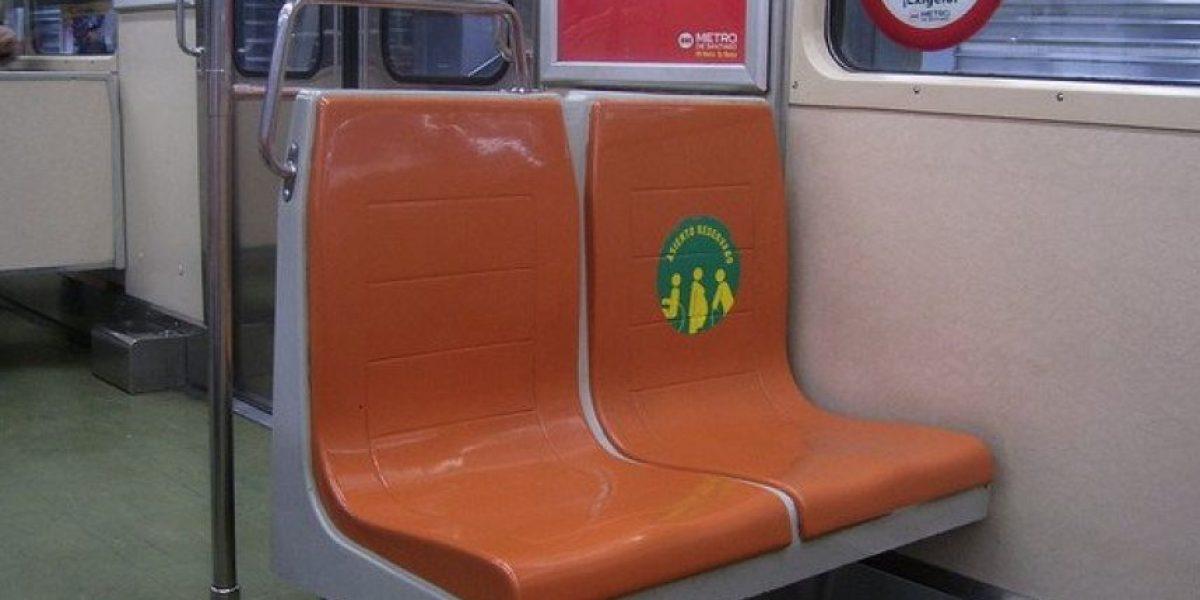 Más de $40 mil de multa arriesgarían pagar  quienes no cedan el asiento en Metro y Transantiago