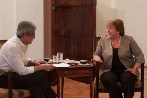 Presidenta Michelle Bachelet junto al director de Publimetro, Sebastián Campaña. Imagen Por: