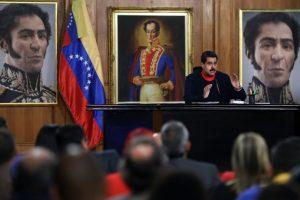 Nicolás Maduro, presidente de Venezuela, pasó de decir que aceptaría la decisión democrática de su país a sospechar e invesigar posibles fraudes electorales. Foto:AFP. Imagen Por: