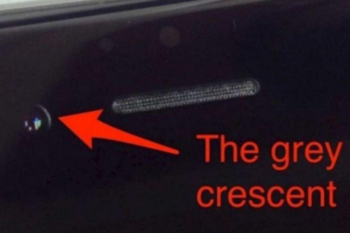 La cámara frontal de algunos de sus smartphones estaba desalineada varios milímeros, originando que apareciera una especie de luna en cuarto creciente. Foto:vía Pinterest.com. Imagen Por: