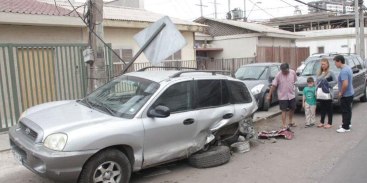 Iquique: conductor de un Camaro se dio a la fuga tras chocar 3 autos y un Mercedez Benz