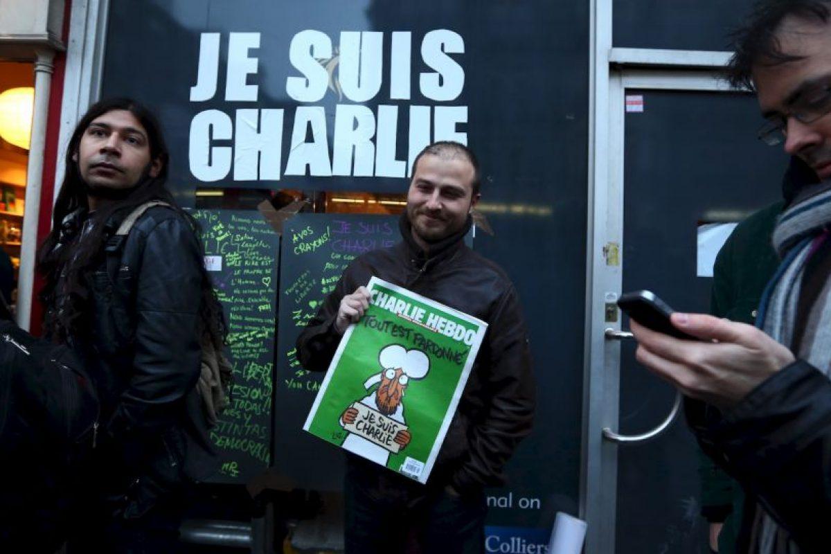 """Esto desató una serie de protestas en Francia y el mundo en pro de la libertad de expresión. A pesar de ello, a la siguiente semana publicaron un número especial con la leyenda """"Les perdonamos"""". Foto:Getty Images. Imagen Por:"""