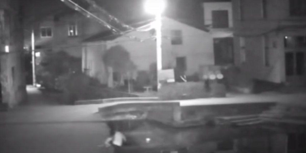 Video: Esta mujer murió por mirar el celular mientras caminaba