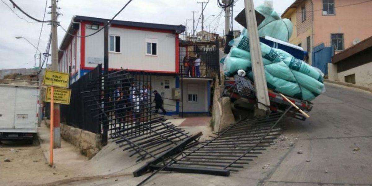 Valparaíso: camión chocó Cesfam y cortó los cables en Cerro Las Cañas