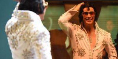 Australia: vagón con imitadores parte hacia el festival de Elvis Presley