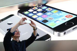 Tim tomando una foto con el iPhone en una Apple Store. Foto:Getty Images. Imagen Por: