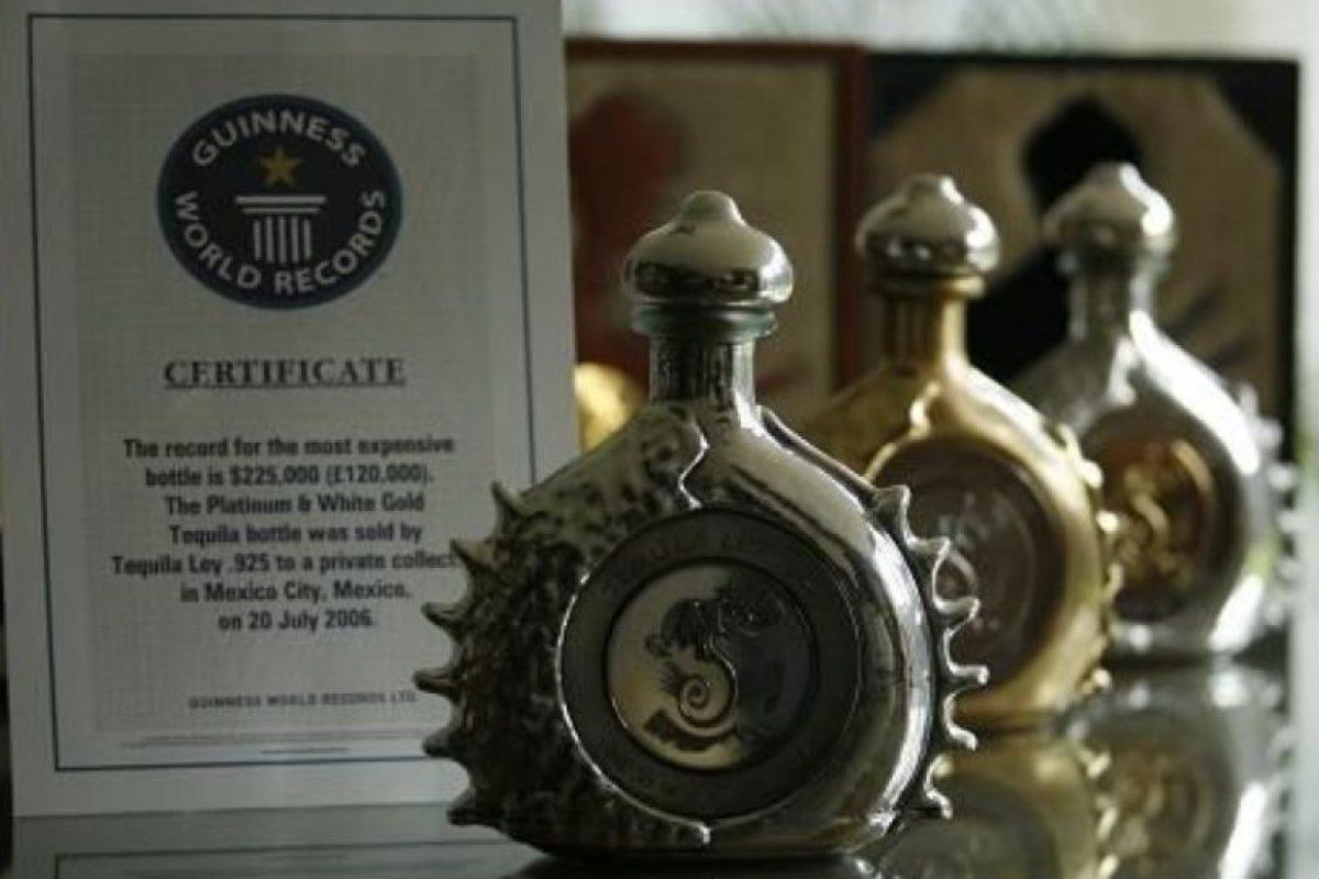 El tequila Ley .925 Pasión Azteca Ultra Premium está embotellado en un empaque de platino puro y oro blanco. Foto:Vía Pinteres. Imagen Por: