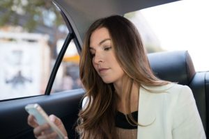 El nombre y foto del conductor, modelo y placas del vehículo aparecen en la aplicación. Foto:Uber. Imagen Por: