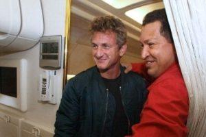 """3. Cobertura en Venezuela/Sean Penn siempre ha tenido inclinación por la izquierda, e incluso se ha definido a sí mismo como """"marxista"""". Su amistad con el expresidente de Venezuela, Hugó Chávez, fue de dominio público. Foto:AFP. Imagen Por:"""