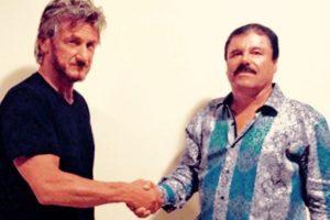Esta camisa azul ha sido la causante de muchas burlas y críticas. Foto:vía Rolling Stone. Imagen Por: