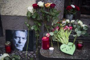 En Berlín sus seguidores colocan flores fuera de donde un tiempo vivió el cantante Foto:AFP. Imagen Por: