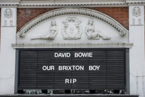 En Londres los espacios públicos, como el cine The Ritzy, lamentaron la pérdida del músico Foto:AFP. Imagen Por: