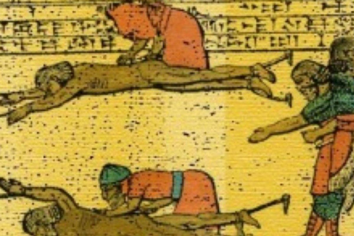 4- Desollamiento. Un método antiguo que consiste en arrancarle la piel al sujeto vivo. Foto:vía Wikipedia. Imagen Por: