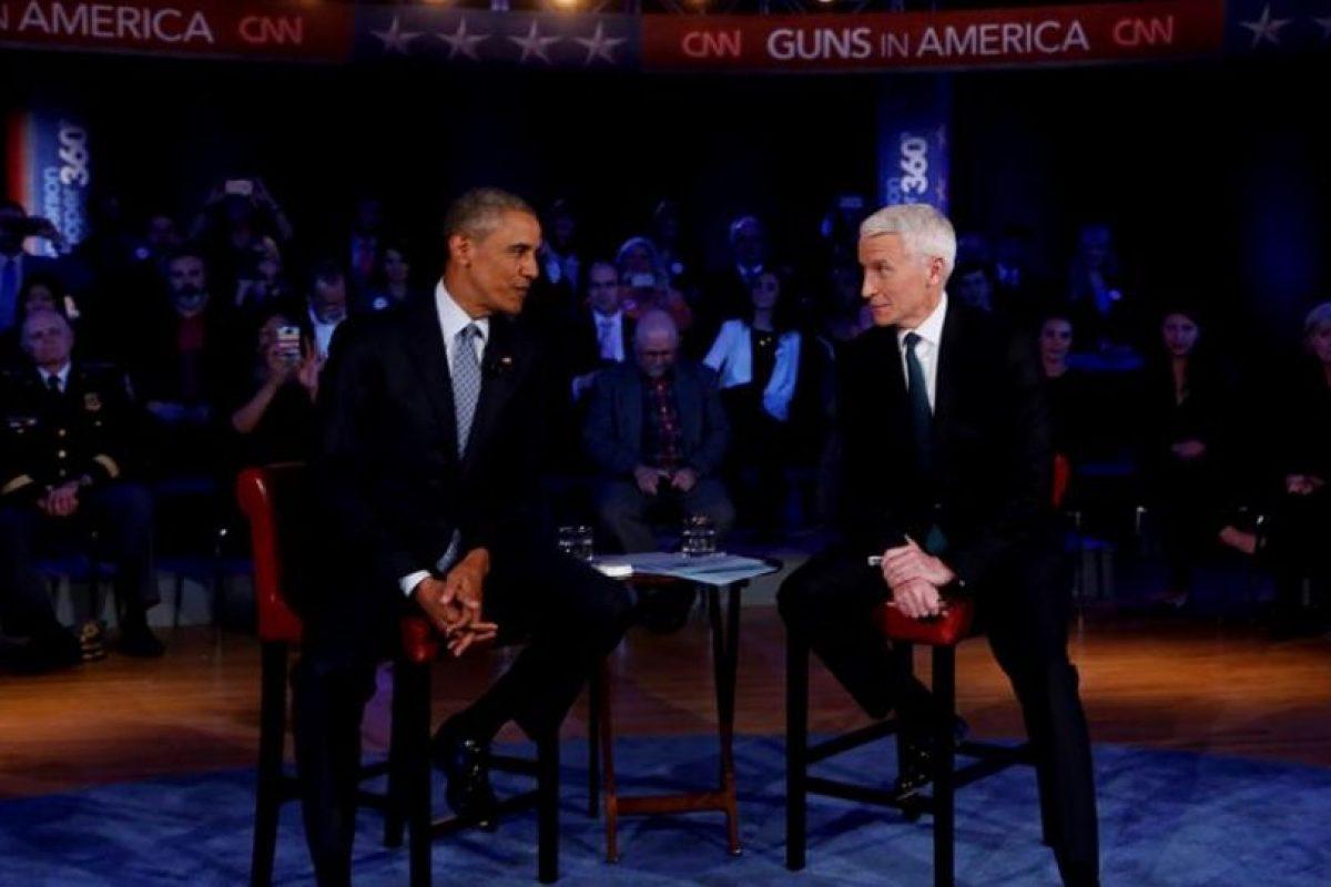 """Barack Obama con el periodista de CNN Anderson Cooper, anoche, sobre las políticas de acceso a armas de fuego. """"hay lugares donde es más barata un arma que un libro"""", dijo el presidente de los EEUU. Foto:Efe. Imagen Por:"""